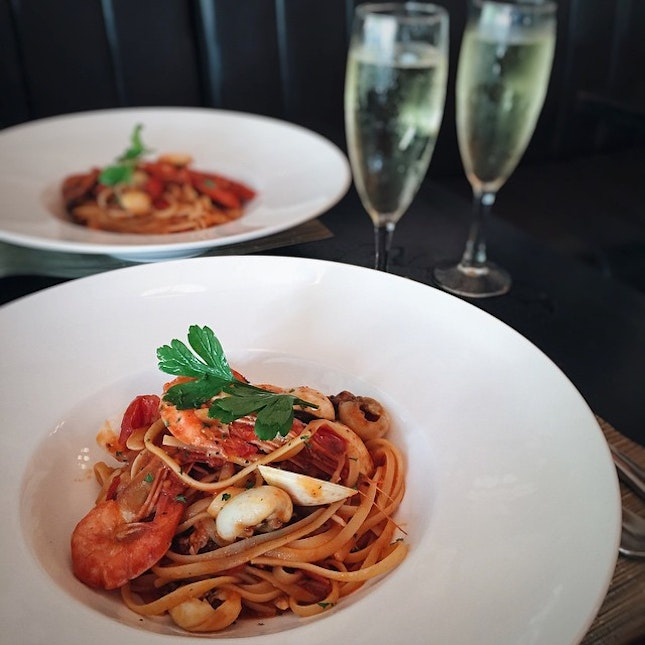 Al dente linguine with mixed seafood sprinkled with white wine, chili, garlic, parsley in tomato sauce.