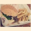 Damn late dinner😁 #instadaily #instafood #foodporn #foodies #foodstagram #burger #bighugburger #nomnom #grilledchicken #boyfie #saturday #foodhunter #cindyhasdinner