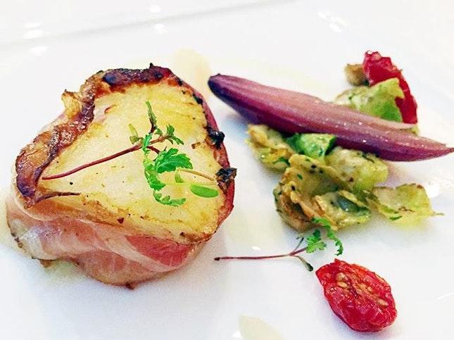 Merluzzo Avvolto in Pancetta Affumicata servito con Broccoletti di Bruxelles Saltati, Cipolle Rosse e Purea di Sedano Rapa