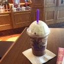 Some x'mas cheer on a Monday 🎄 Dark hazelnut chocolate truffle ice blended & whipped cream 🍫 #xmas #cbtl #coffeebean