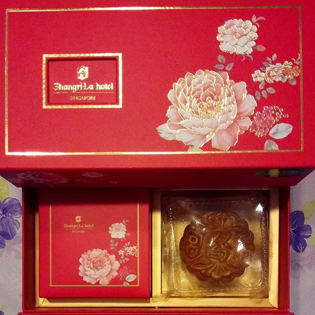 Not sure exactly why, but I've been so in love with #shangrilahotel #mooncakes ever since I had them for the first time.