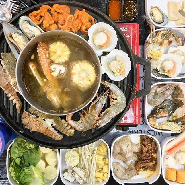 Definite seafood paradise here at Makan-Makan (Punggol Ranch) - they serve crayfish, bamboo clams, abalone slices and scallops in their all day steamboat and grill buffet ($22 (weekdays), $25 (weekends) - Nett prices).