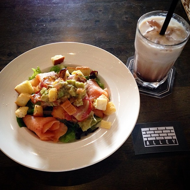 My macho salad ($15++) with no greens in sight 😏 and an iced mocha on this hot afternoon.