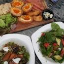 Scotch Eggs, Strawberry-Spinat Salad, Roasted Pumpkin Salad
