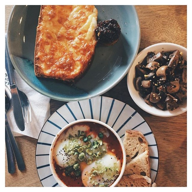 Saturdays are meant for lazing in bed & having super good brunch 😌  Finally got to try out one of the dishes in the newest menu from @onemancoffee 🙌🏼 The Baked Eggs Cocotte is served with a portion of sourdough & woobly eggs with Spanish chorizo & crushed wasabi peas & garbanzo beans!