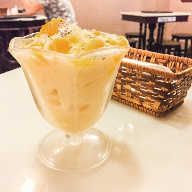 """Small """"ca can teng"""" serving an extensive menu including both savoury food and desserts."""