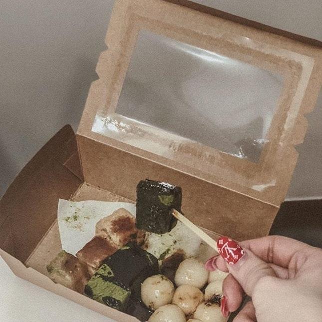 When (Kinako) warabi mochi meets (Matcha) warabi mochi and meets (Shiratama), then lastly drizzled with Kuromitsu.
