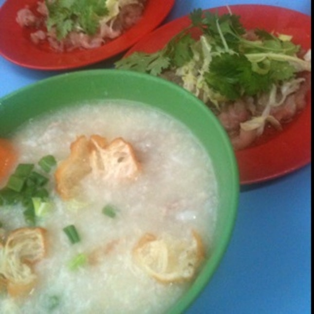 Nice traditional hawker centre porridge at China Town hawker centre, with lots of 'fishes' and 油条