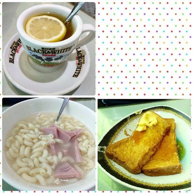The 3 basic elements of all Hong Kong 茶餐厅 = honey lemon / milk tea, macaroni soup with ham, french toast.