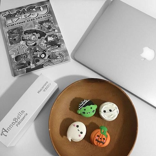 Adorable Halloween macarons.