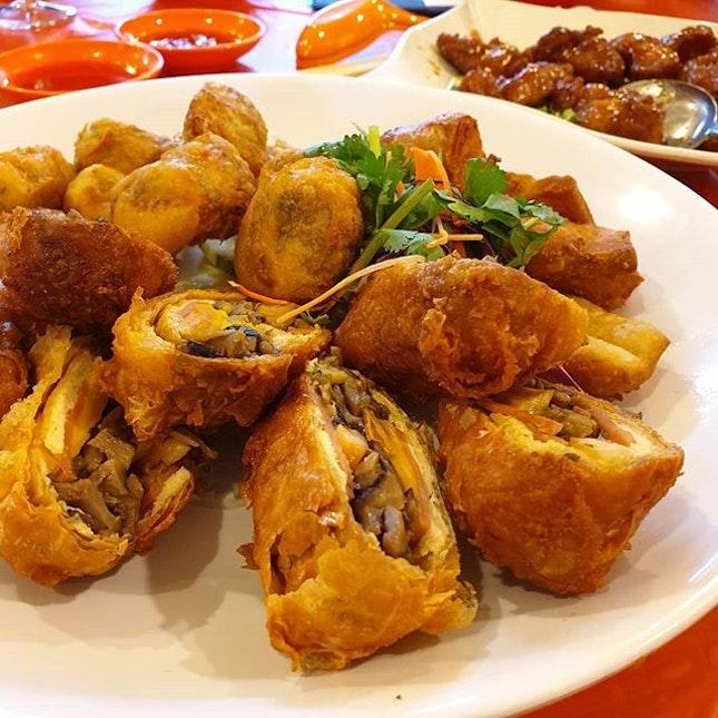 黄金三拼 Mixed Platter (consists of Sotong Paste Youtiao, Fried Taupok stuffed with Salted Egg Yolk, Prawns, Ham, Mushrooms& Parsley & Prawn Roll) best fried food goes with Mayonnaise dip!