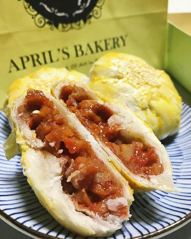 Pretty sure everyone recognizes an @aprilbakerysg sweet tau sar piah by now but how about a savory pie by them?