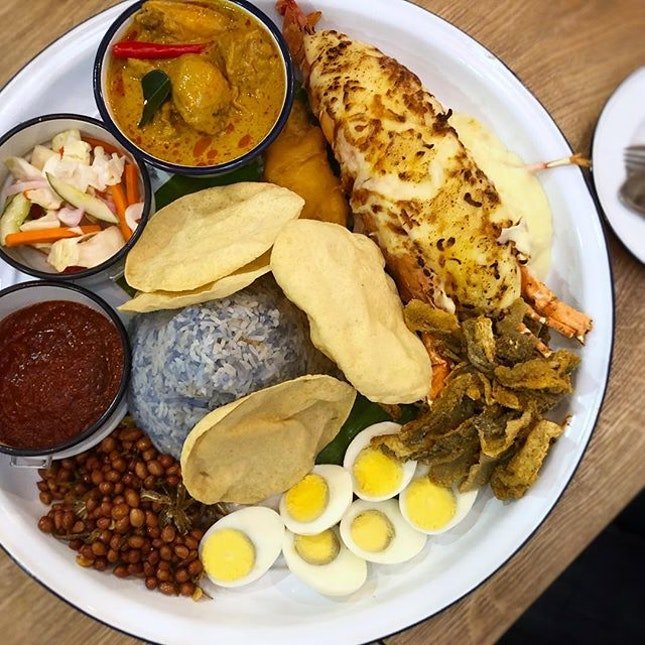 Finally got the headcount of 4 peeps to share this amazing nasi lemak XXL platter!
