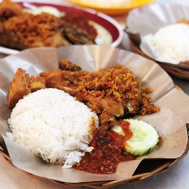 Found a stall serving very good ayam penyet located in a coffee shop along the busy street of Jalan Besar (opposite Sim Lim Tower).