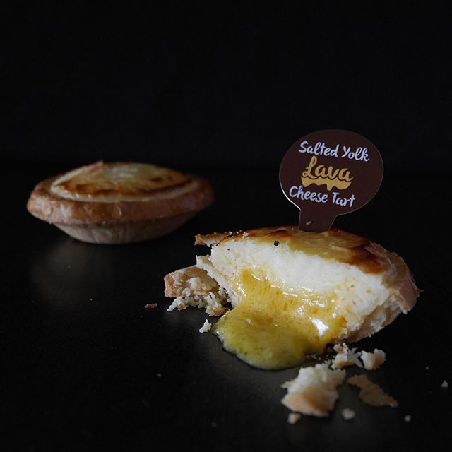 Finally lay my hands on these good and affordable Lava Cheese Tarts from Prima Deli after so many failed attempts.
