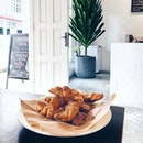 Indian churros 😋  看起來不怎麼樣~可是它確是那天的主角哦。好吃。  #twentyeightcafe#sgcafes#sgfood#throwback#instapic#foodporn#burpple#cafehopping#foodporn#foodphotography#churros#cinnamomsugar#vsco#eatoutsg#8dayeats#instadaily#instamood