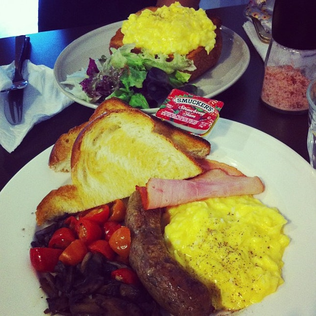 Brunch with @flo_rence: Breakfast Plate & Scrambled Eggs with Brioche.