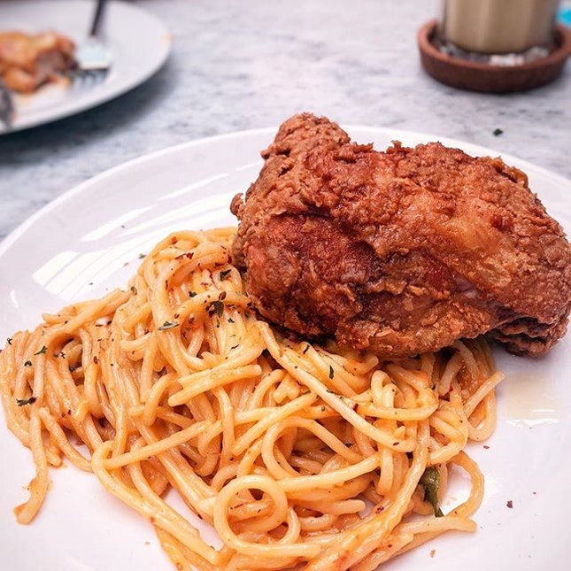 Kok Kok Kay / Deep fried soy-marinated chicken thigh on golden salted egg spaghetti 😋 I like how they balance out the amount of salted egg sauce and spaghetti.