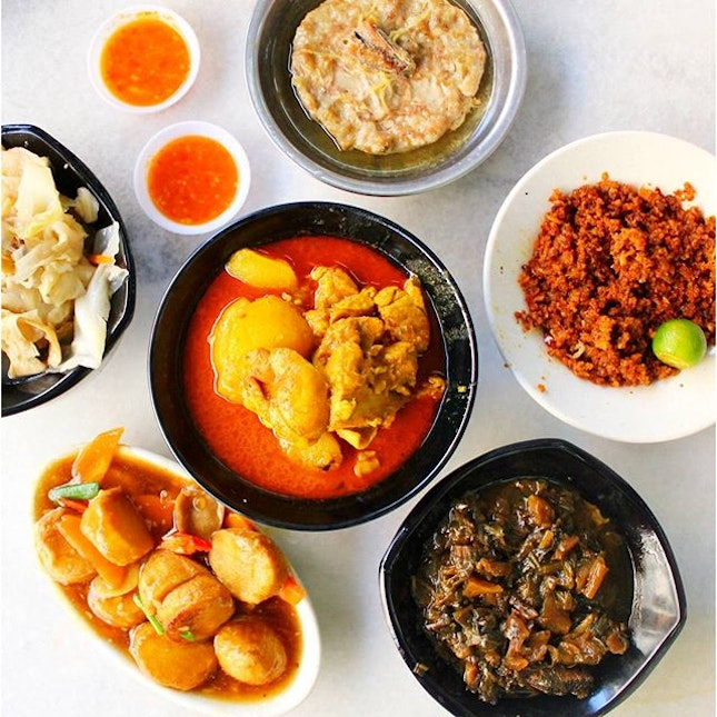 I've been patronizing this Teochew Muay for many years and it has become a place for a comforting bowl of porridge with a plethora of dishes you get to choose from which complements the porridge very well.