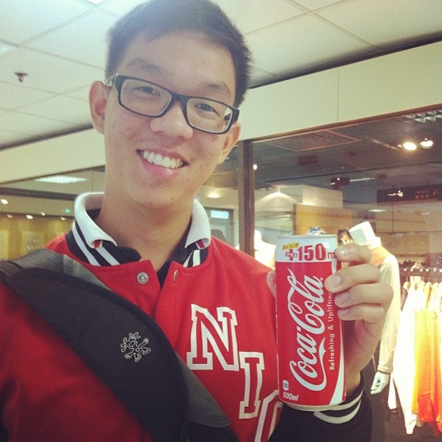To all my #Coke lovers out there, here's my @nicholaskwokjh presenting a can of 500ml at just SGD $1.30!!!