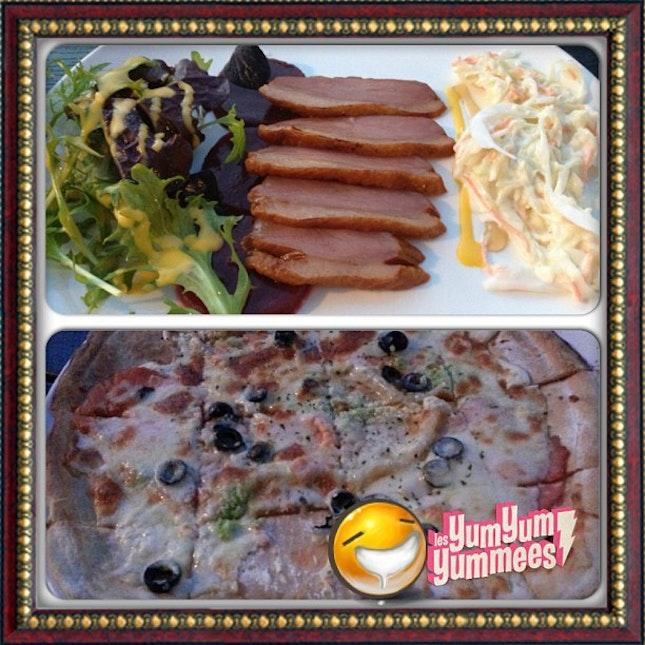 Smoke duck salad & Smoke salmon pizza 😋#yummy #dinner #foodporn #smokedduck #smokedsalmon #salad #coleslaw #thincrustpizza #bistro #dinningbythereservoir