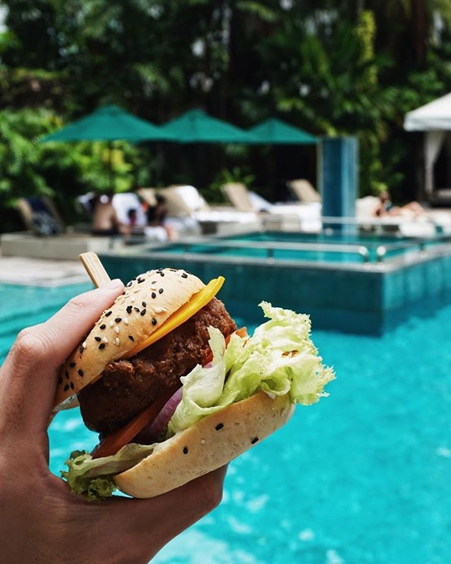 here's how to complete the weekend 😍 can you believe the entire burger is made of plants?