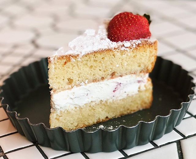 Victoria sponge cake ($6.50) 🍰 ⭐️ 3.5/5 ⭐️ 🍴A good classic sponge cake with strawberry that was fluffy, moist and not overly sweet.