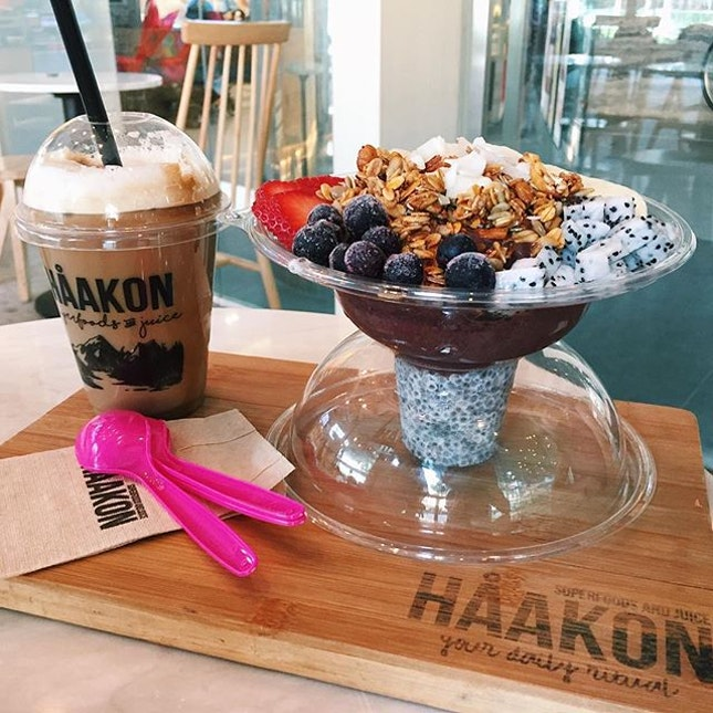 Large original acai bowl ($12.90) 🍓🍌 ⭐️ 4/5 ⭐️ 🍴 A healthy hearty & refreshing bowl of acai with generous amounts of chia seed, dragonfruit, banana, granola & berries.