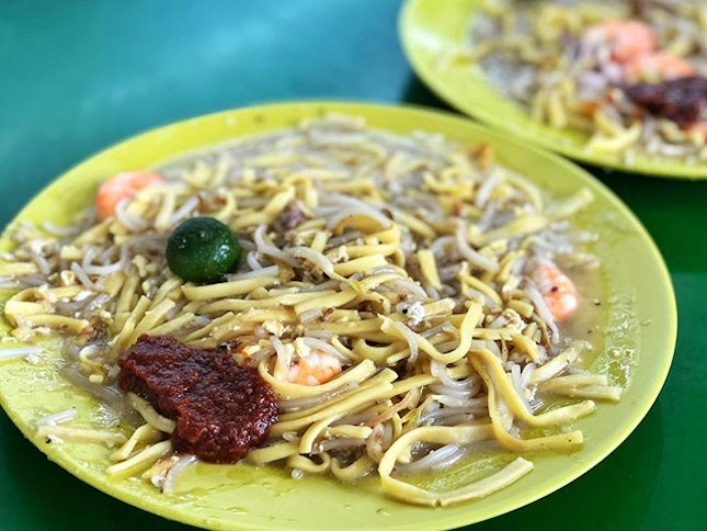 Hokkien Mee (M $4) ⭐️ 4.5/5 ⭐️ 🍴Very flavourful #hokkienmee that uses a mix of thick beehoon and flat yellow noodles instead of the usual yellow mee.