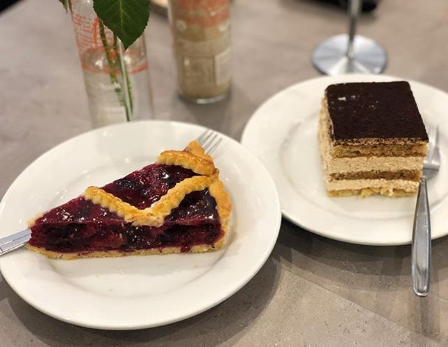Berry Tart ($8.50) ⭐️ 4.5/5 ⭐️ Tiramisu ($8) ⭐️ 3.5/5 ⭐️ 🍴Enjoyable cakes by the beach that are a generous portion (so do share!).