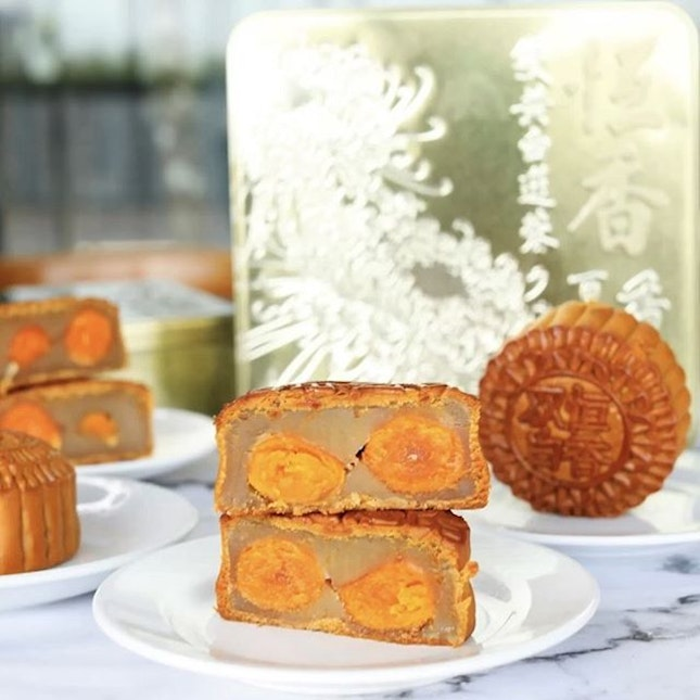 If you crave for those good-old traditional mooncakes, then THIS box from Hang Heung is for you.