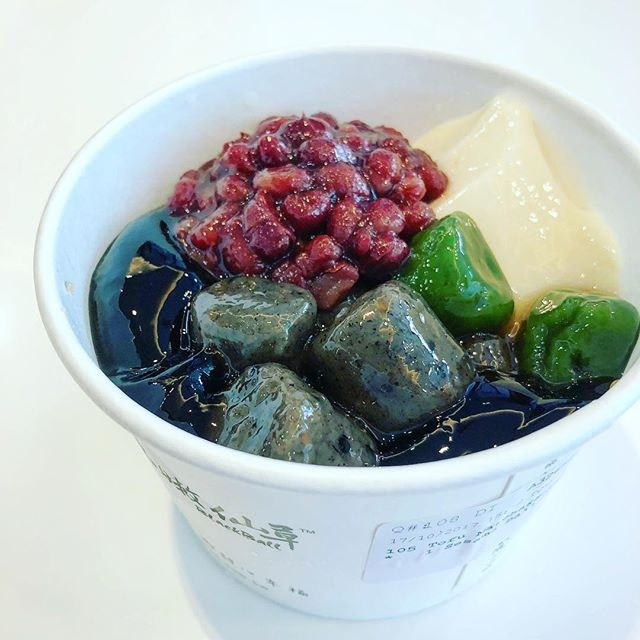 My comfort food once again from @blackball.singapore I ordered the bean curd with grass jelly combo, topped with matcha balls, black sesame balls and red beans.