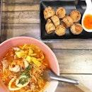 <🇫🇷> Quand l'amour veut parler, la raison doit se taire <🇬🇧> When love want to talk, the reason must be silent • 🍲: Tom Yum Noodle - S$6 🍘: Chicken Roll - S$4 📍: Tiew Mai Thai Boat Noodle, Singapore