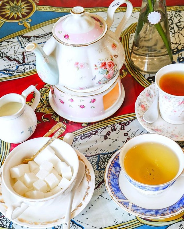 With a wide selection of English teas and beautifully crafted teapots, this is a quaint little spot inside The Café Apartment where you can unleash your inner tai-tai and sip on fine tea and feast on scones/brownies while you watch the afternoon past away.