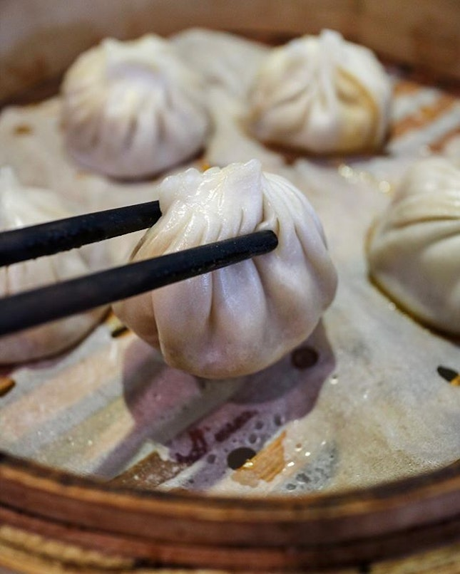 Nestled in a limited-seating eatery underneath a HDB block lies Shanghai Ren Jia, famed and adored by many for serving down-to-earth Shanghainese cuisines and few other contemporary dishes.