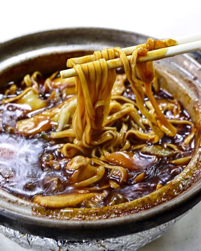 Besides the irresistibly good kaya butter buns and sugar doughnuts, another dish that most people come to YY Kafei Dian for is the Claypot E-fu Noodles ($5.50), that comes bubbling hot and a chock full of ingredients in it including the not-so-commonly seen items such as yam cubes.