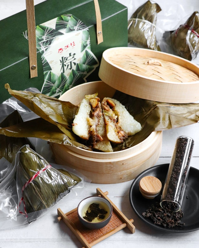 To celebrate the upcoming Dragon Boat Festival, Thye Moh Chan, BreadTalk and Toastbox jointly present two handcrafted traditional Teochew rice dumplings.