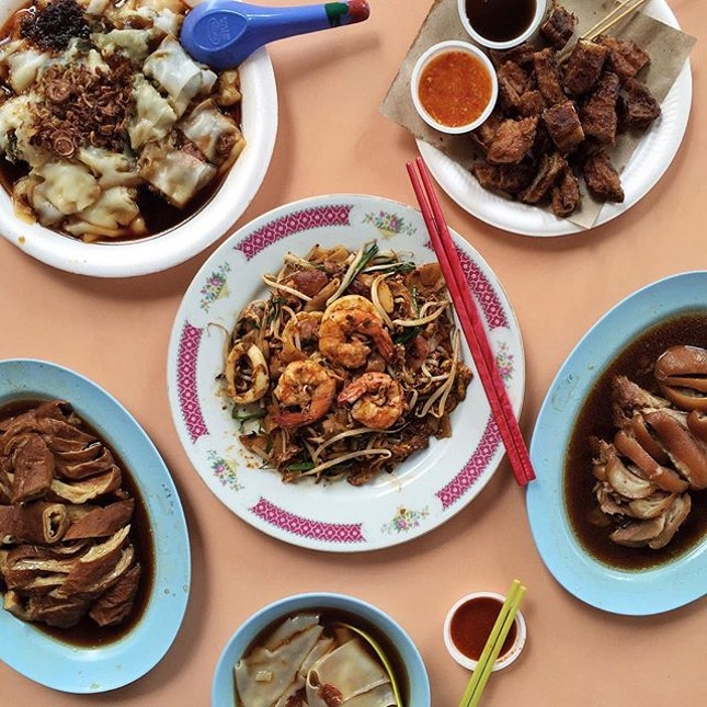 Deep fried pig's intestine(I can eat three plates of this😍😍😍), CCF, favourite kway chap with delicious pig's rectum and trotters, and DONG JI CKT before our coffee, curry chicken wraps and egg tarts.