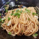 Scallion oil noodles (葱油拌面)