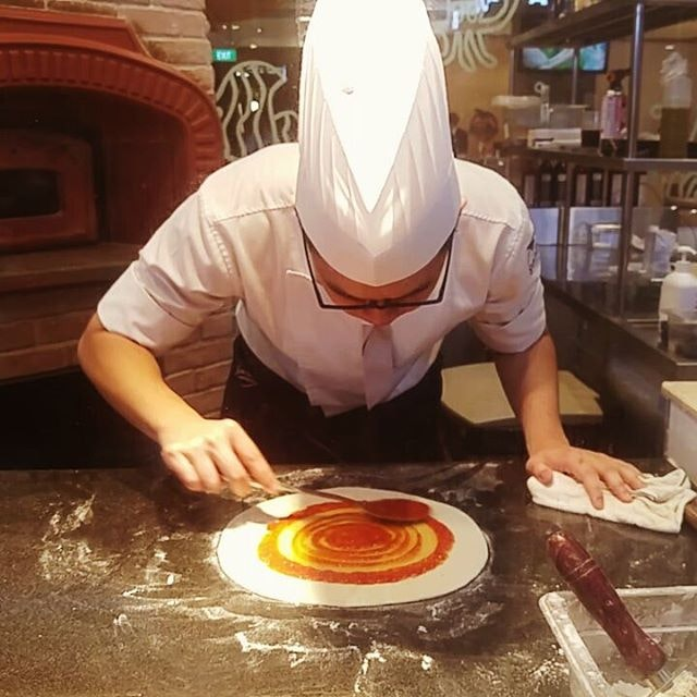🎶 U spin my right round, baby right round Like a 💿 record baby, right round 🍕 The pizza chef lines the uber flat crust pizza with fresh tomato puree, and gives a lot of attention to detail  @o_oican goo.gl/JzGZy7 #seanblue #seanbluesg #seanbluerestaurant #theshoppes #mbs #marinabaysands #buffet #foodreview #foodtasting #hungrygowhere #burpple #openricesg #8dayseat #eatigo #chopesg #sgfoodie #sgigfoodie #igsgfood #sgfoodblogger #instafood #foodstagram #travelyourcity