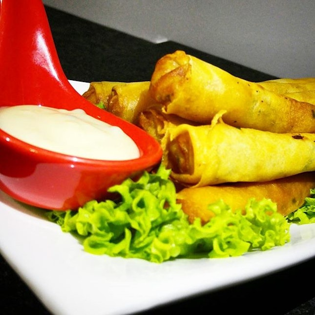 Golden brown Crispy Prawn Twisters, r whole prawns wrapped in popiah skin & deep fried for a solid finish.