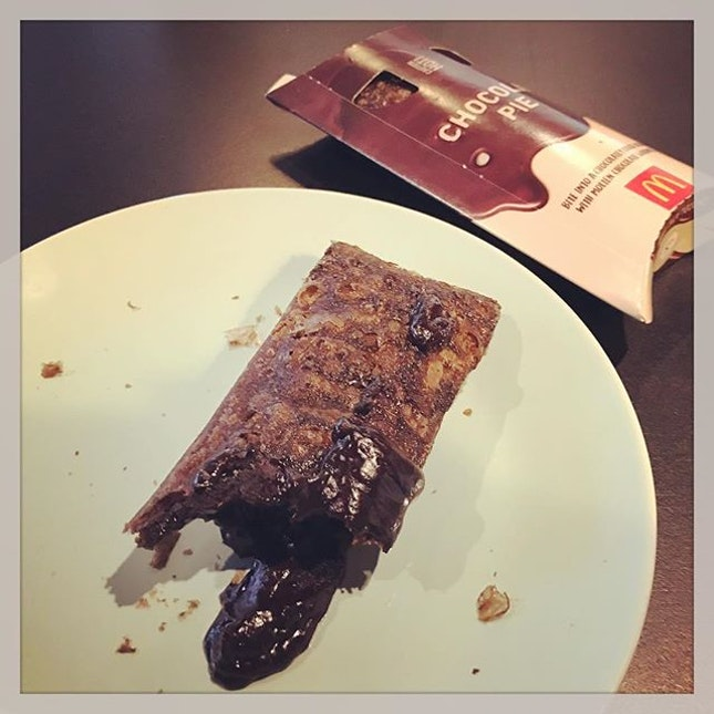 #thenewhit that #everyone #raveaboutit #chocolateycrust #oozing w/ #moltenchocolate #goodness 🍫 #mcdonalds #chocolatepie #takemymoneyaway #chocolateindulgence #checkout the #latesttrends #whatwedoatwork #marketintelligence #instafood #instadessert #foodporn #foodlover #burpple #mcdonaldschocolatepie #mcdonaldssg #felzfooddiary
