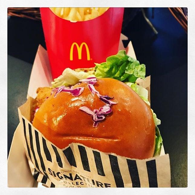#junkfoodfriday 🍟 #macdonalds #thesignaturecollection #buttermilkcrispychickenburger #yum 🍔 #junkfood #craving is #contagious #whocare #tgif #fridaycheatday #instafood #foodporn #foodlover #burpple #instafriday #mcdonaldssg #felzfooddiary