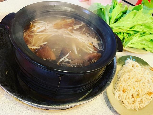 #冬天的節奏 #古早味 #碳爐 #薑母鴨 #取暖 #接地氣 🐥 #nutritious #traditional #gingerduckhotpot #warmup in #winter #instafood #foodporn #foodlover #burpple #instalongweekend #instaview #instamoment #instatravel #felzfooddiary #felztravelfootprint2018 #臺北 #霸味薑母鴨 #bawei #jiangmuya #taipei #taiwan #taiwanday9 #tw