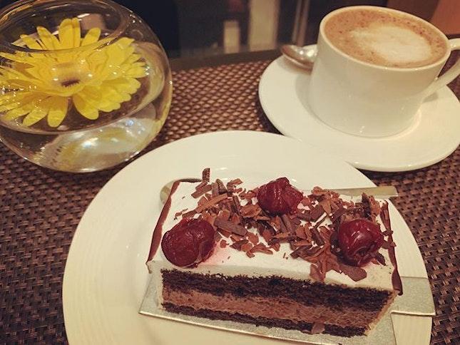 #thatsallineed #afteralongday #sweettooth #chocolateinjection 🍫 #cravingfixed #instadessert #instafood #foodporn #foodlover #burpple #instatravel #tridentpatisserieanddelicatessen #tridenthotel #bkc #mumbai #india #in #felzfooddiary #felztravelfootprint2019 #felzworktrip #felzinmumbai