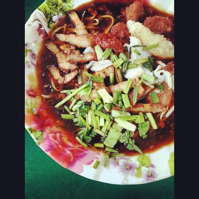 journey to de land of timbatu  this morning and came to taman jurong (god did i knew such a place exist) to try this lor mee...