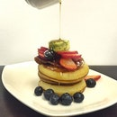 📍two tall trees [serangoon gardens] • pancake stack with bacon and berries • a good time to indulge in this stack.