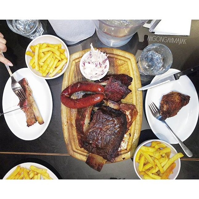 Bodeans BBQ 👍🏻 ✅ Boss Hog Platter {7} [£49.90+] an assortment of texas smoked sausage, chicken thighs, pull pork, burnt ends beef, Jacobs ladder beef rib, spare and baby back ribs.