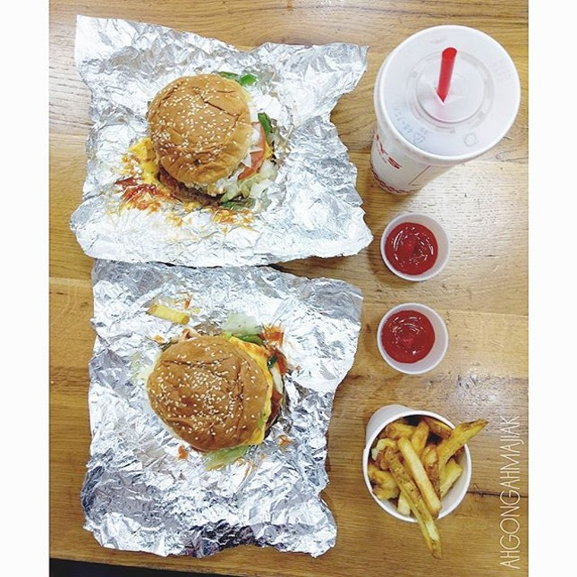 Five Guys 👍🏻 ✅ Bacon Cheeseburger {8} ✅ Little Bacon Cheeseburger {8} ✅ Fries {6} [£9.75, £7.45, £2.95] sinful fastfood that is guaranteed to leave you satisfied.