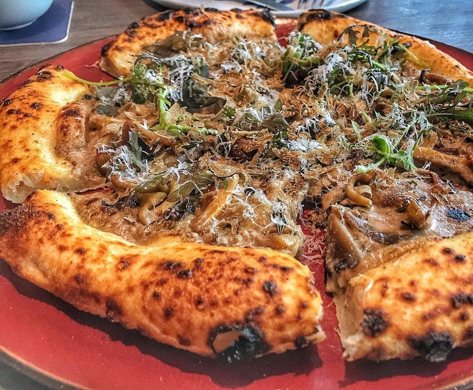 Best pizza At Amo